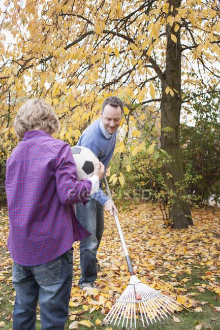 Futebol de exploração menino no jardim — Fotografia de Stock