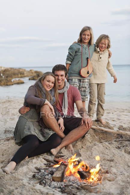 Іспанія, Майорка, друзі, відпочиваючи в таборі вогню на пляжі — стокове фото