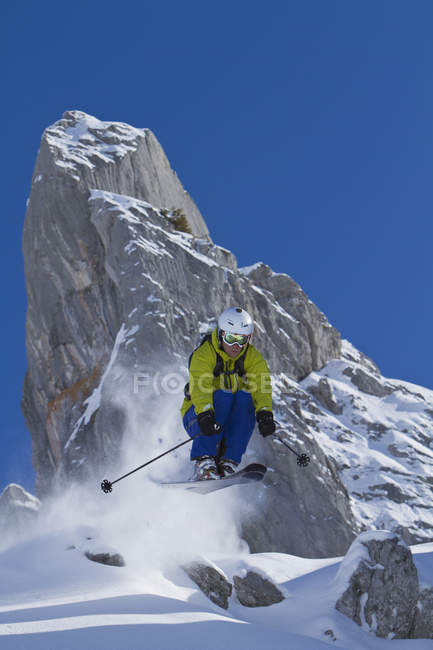 Austria, Arlberg, Warth, Mid adult man skiing — стоковое фото