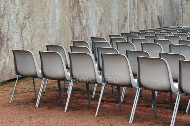 Ряд стулов для открытом воздухе события — стоковое фото