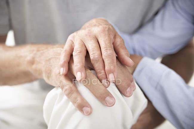Старшие пары держатся за руки — стоковое фото