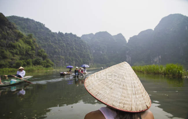 Vietnam, Ninh Binh, Young tourist on river boar in Tom Coc — Stock Photo