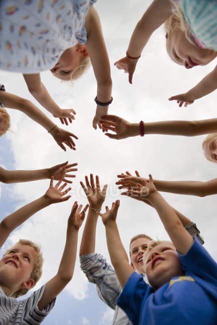 Kindergruppe hebt die Hände in die Luft — Stockfoto