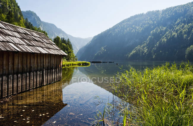 Австрія, Штирії, озеро Toplitzsee і дерев'яна хата — стокове фото