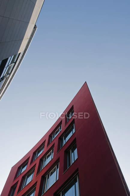 Untere Ansicht moderner Gebäude bei Tag, München Westend, Bayern, Deutschland — Stockfoto