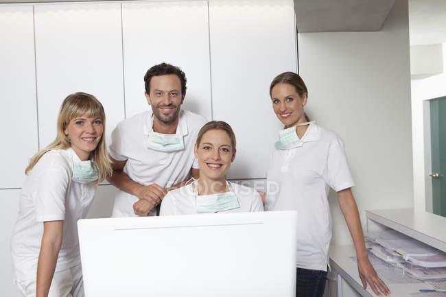 Porträt von Zahnärzten und lächelnden Assistenten in der Klinik — Stockfoto