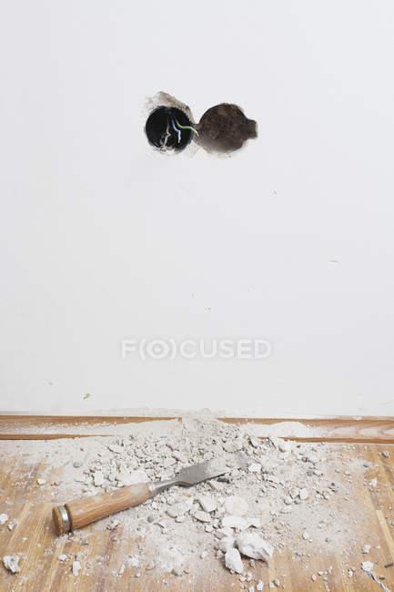 Outil de travail posé sur parquet en chêne — Photo de stock