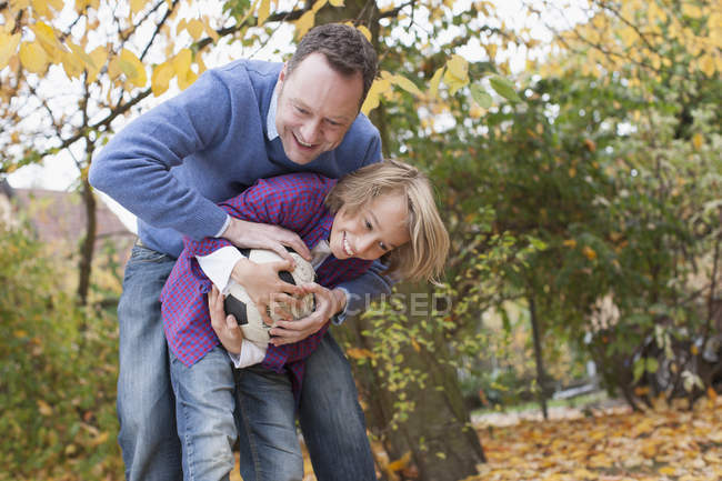 Padre e hijo jugando al fútbol - foto de stock