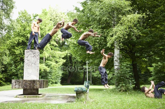 Immagine della sequenza del giovane che salta dalla Fontana — Foto stock