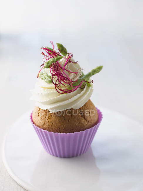 Cup cake with cream cheese, wild asparagus and beetroot sprout on plate — Stock Photo