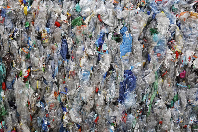 Gros plan sur le recyclage des déchets plastiques — Photo de stock