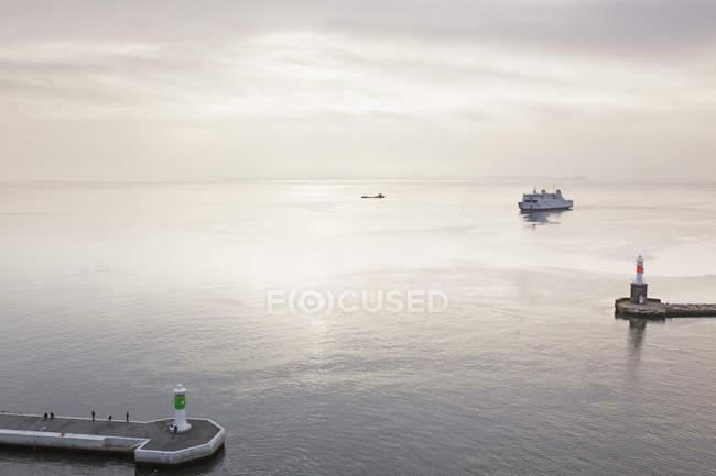 Ferry à l'entrée du port — Photo de stock