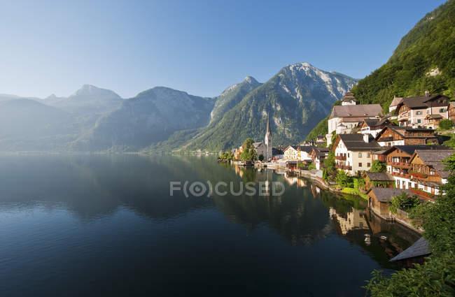 Österreich, Oberösterreich, den Hallstaetter See und traditionellen Gebäuden am Ufer — Stockfoto
