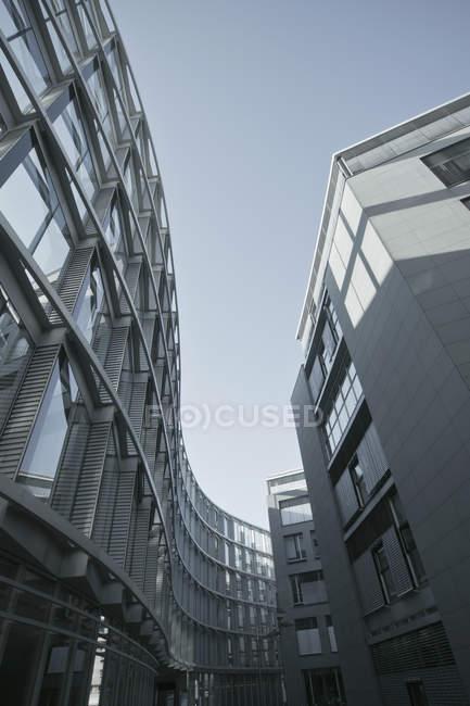 Vista inferior dos edifícios modernos durante o dia, Munique Westend, Baviera, Alemanha — Fotografia de Stock
