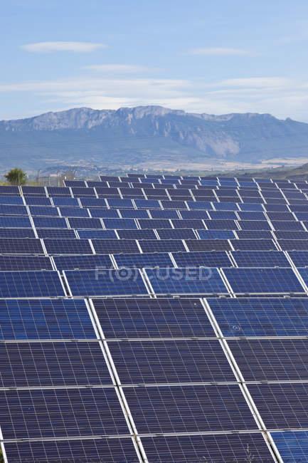 Вид панели солнечных батарей с горы в дневное время, Ла-Риоха, Испания — стоковое фото