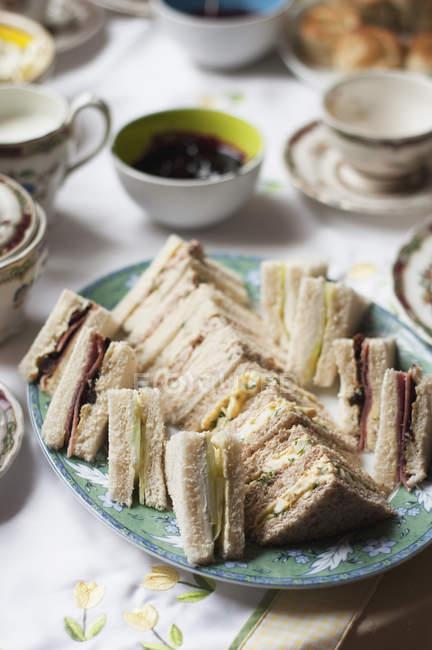 Приготовленные вкусные бутерброды на деревянный стол — стоковое фото