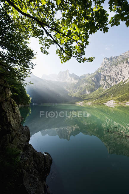 Austria, Salzburg County, View of Lake Hinterer Gosausee with mountains — Stock Photo