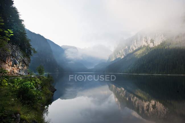 Autriche, Comté de Salzbourg, Vue sur le lac Vorderer Gosausee avec montagnes — Photo de stock