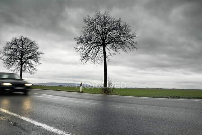 Alemanha, carros passando pela estrada do país — Fotografia de Stock