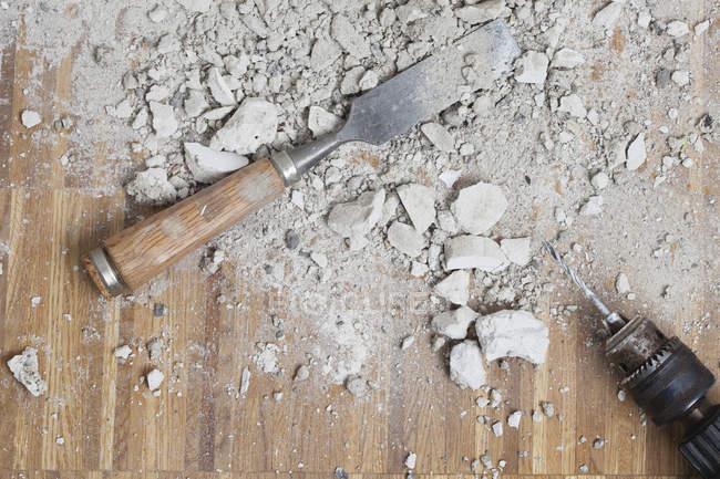 Робочі інструменти розміщені на поверсі дубовий паркет — стокове фото