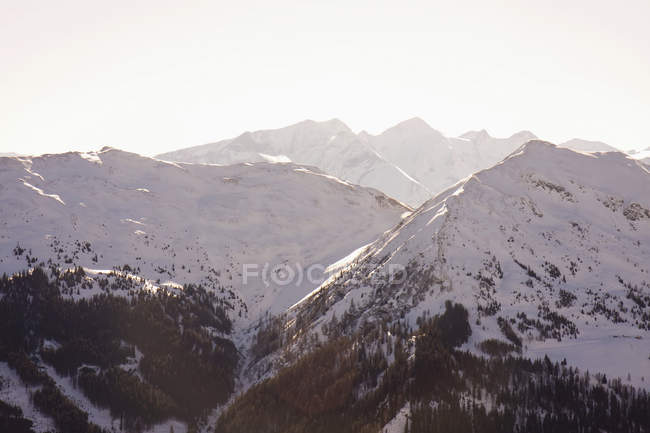 Австрия, заснеженные горы в солнечную погоду — стоковое фото