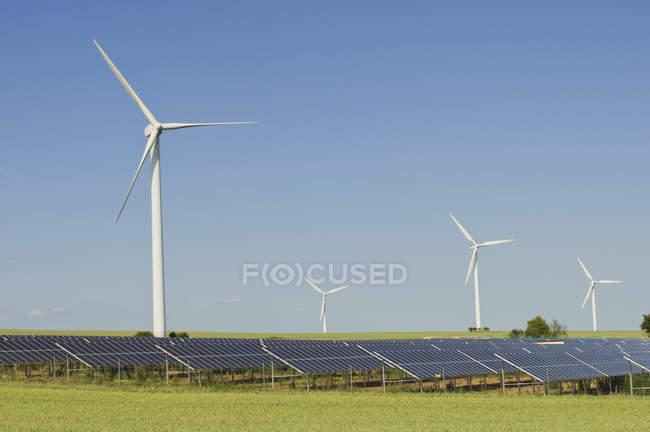 Вид ветровых турбин с солнечных панелей в дневное время, Саксония, Германия — стоковое фото