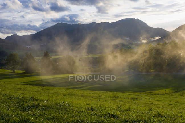 Vista de Alemania, Baviera, de Alpes con niebla - foto de stock