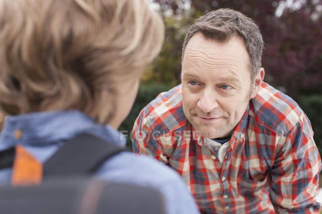 Pai orgulhoso com filho vai à escola — Fotografia de Stock