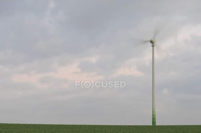 Turbina eólica contra céu nublado — Fotografia de Stock