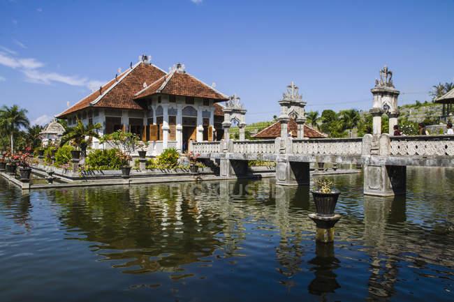 Indonesia, Bali, vista del Royal Palace Ujung palazzo dell'acqua contro acqua — Foto stock