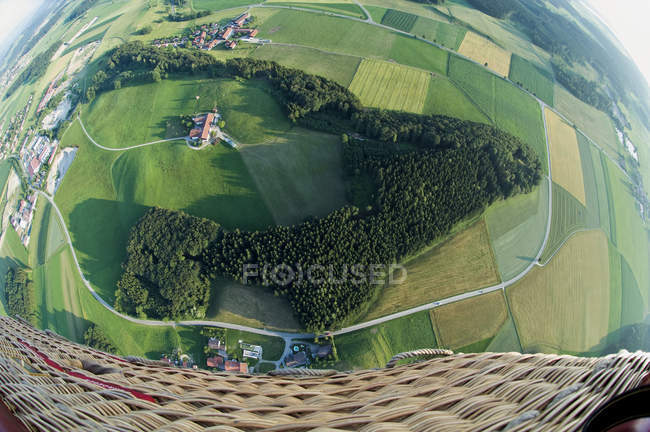 Germania, Baviera, vista dell'aerostato di aria calda sopra il paesaggio del pascolo — Foto stock