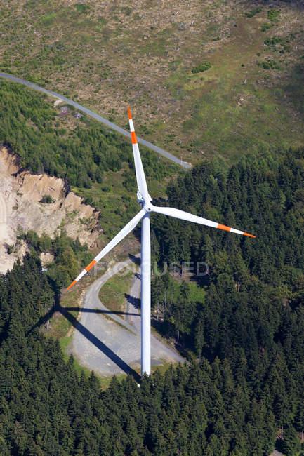 Повышенные вид ветряная мельница — стоковое фото