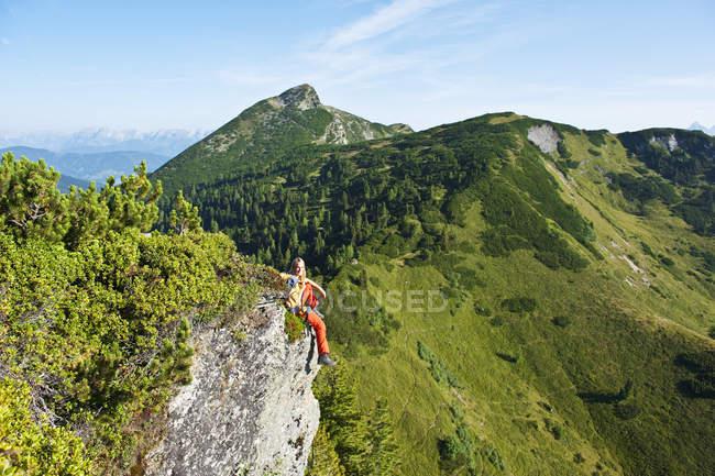 Excursionista sentada en roca - foto de stock