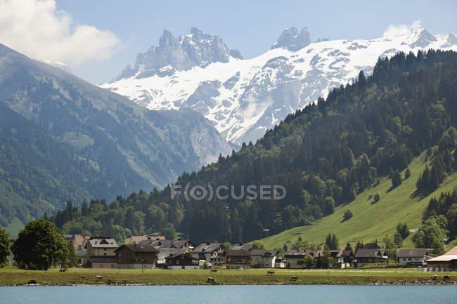 Suiza, vista de Engelberg con glaciar Titlis - foto de stock