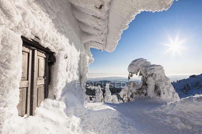 View of snow covered mountain hut at Bavarian Forest, Germany, Bavaria, — Photo de stock