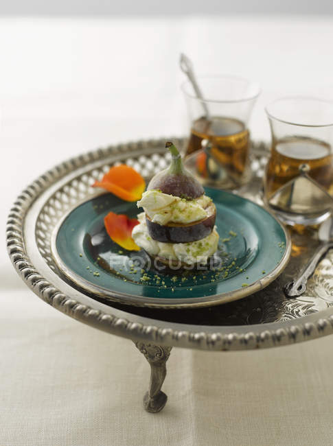 Sweet fig with honey yogurt and pistachio with black tea — Stock Photo
