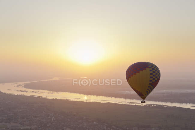 View of hot air balloon over Westbank in Luxor, Egypt — Stock Photo