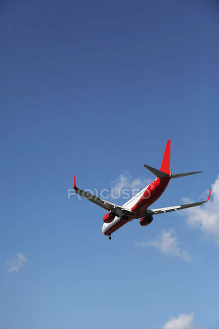 Passenger plane flying in blue sky — Stock Photo