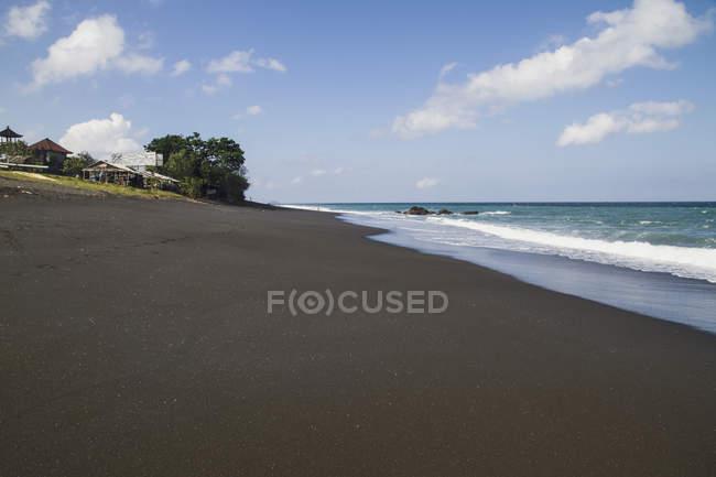 Індонезія, вид на піщаний пляж з будинків — стокове фото