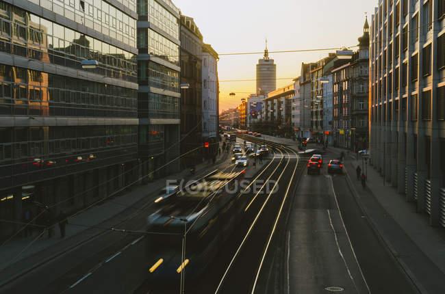Движение на улице Ландсберг закат сумерек — стоковое фото