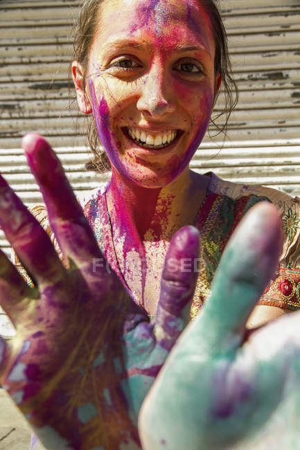 India, Ahmedabad, Young woman with colourfull hands and face on holi festival — Stock Photo