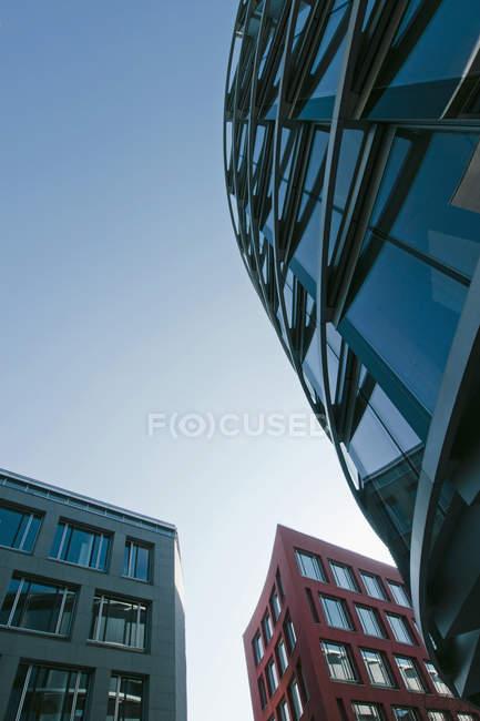 Нижний вид на современные здания в дневное время, Мюнхен Westend, Бавария, Германия — стоковое фото