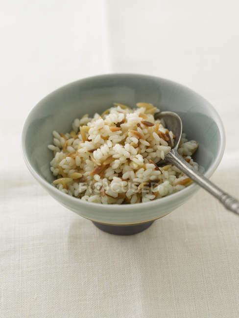 Nahaufnahme von türkischem Reis in Schüssel — Stockfoto