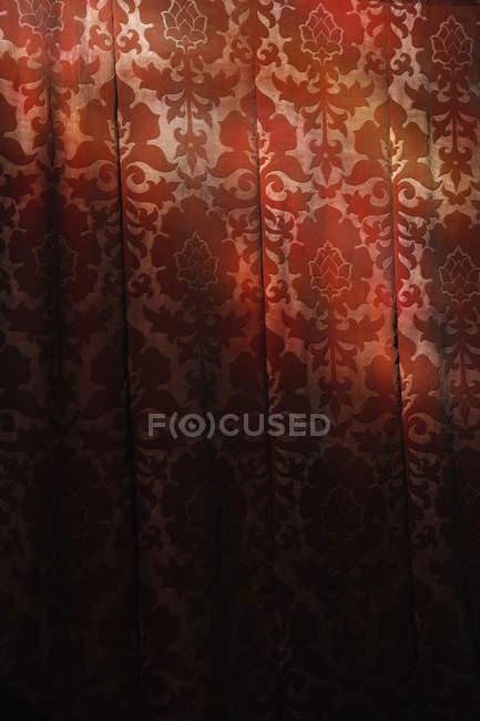 Luz roja tela de cortina, de marco completo - foto de stock