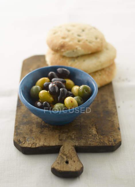 Gemischte Oliven mit Pittabrot, Nahaufnahme — Stockfoto