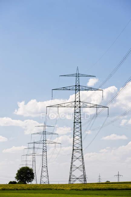 Blick auf Strommasten zu tagsüber, Deutschland, Bayern — Stockfoto