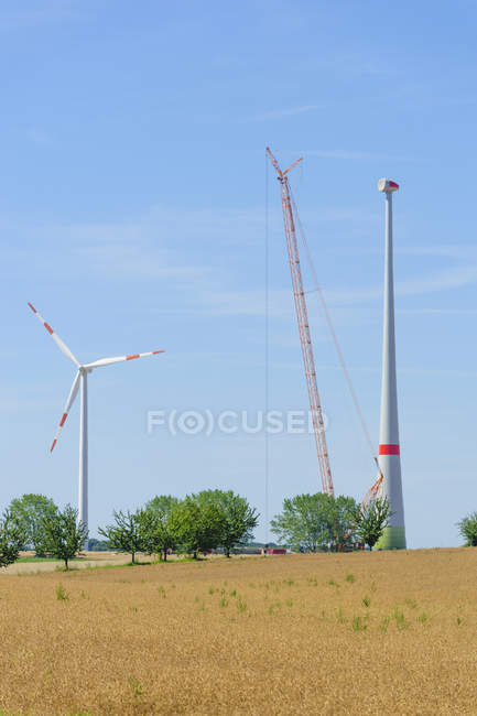 Germany, Saxony, Construction of wind wheel with crane — Stock Photo