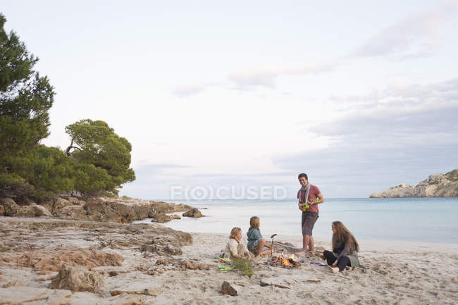 Freunde ruhen am Lagerfeuer — Stockfoto