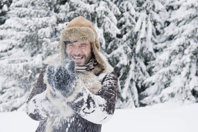 Uomo maturo divertirsi nella neve, sorridente — Foto stock