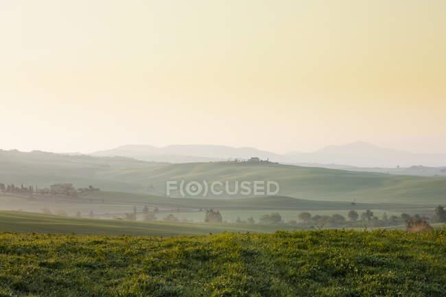 Италия, Вид на сельскохозяйственный ландшафт во время восхода солнца — стоковое фото